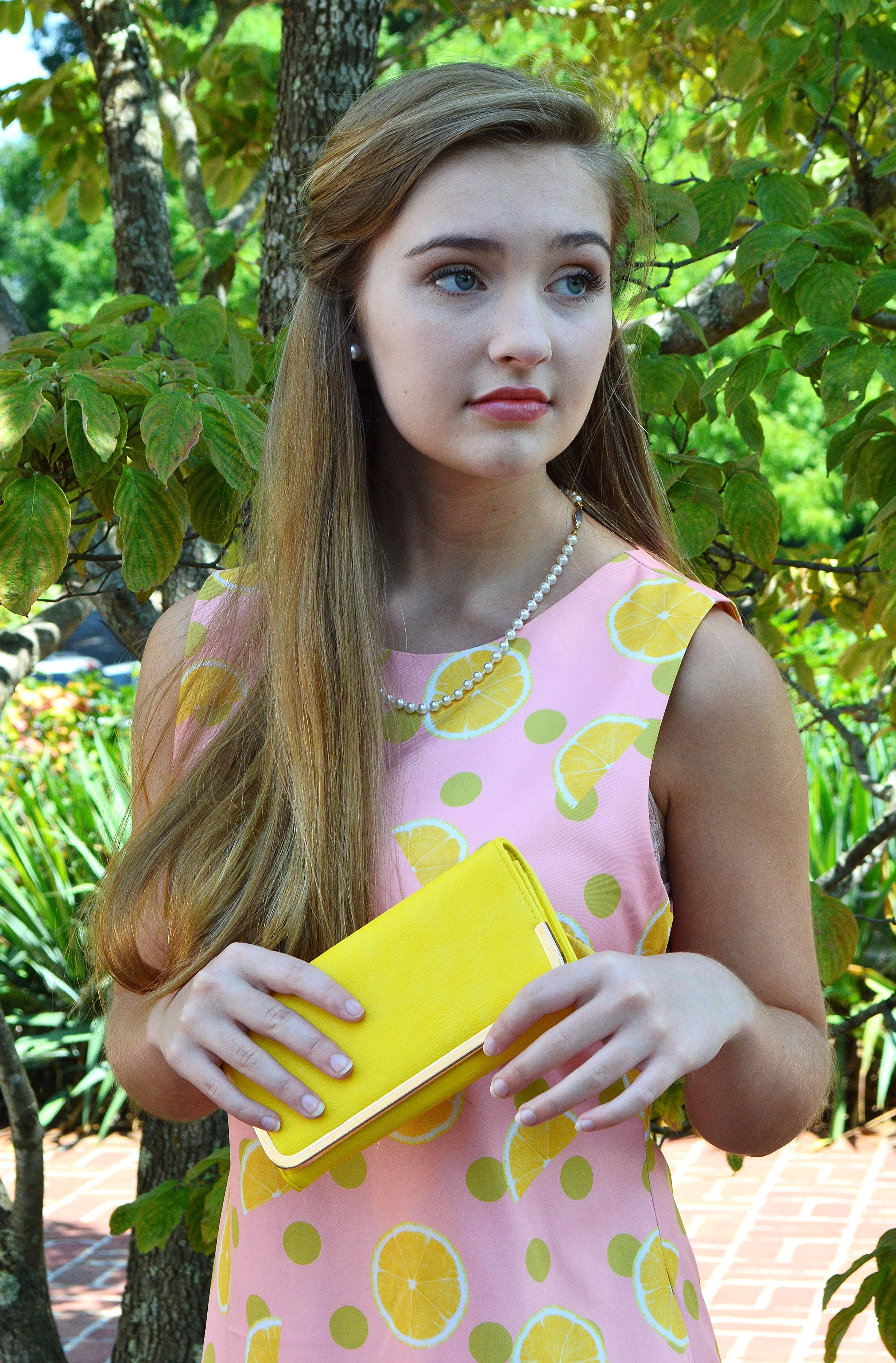 Jeelry ith yellow dress ith pockets